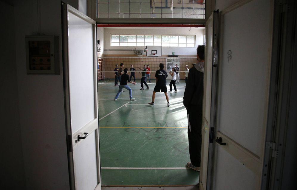 Foto: Estudiantes juegan al voleibol en la Escuela de Ciencias Nomentano, en Roma. (Reuters)