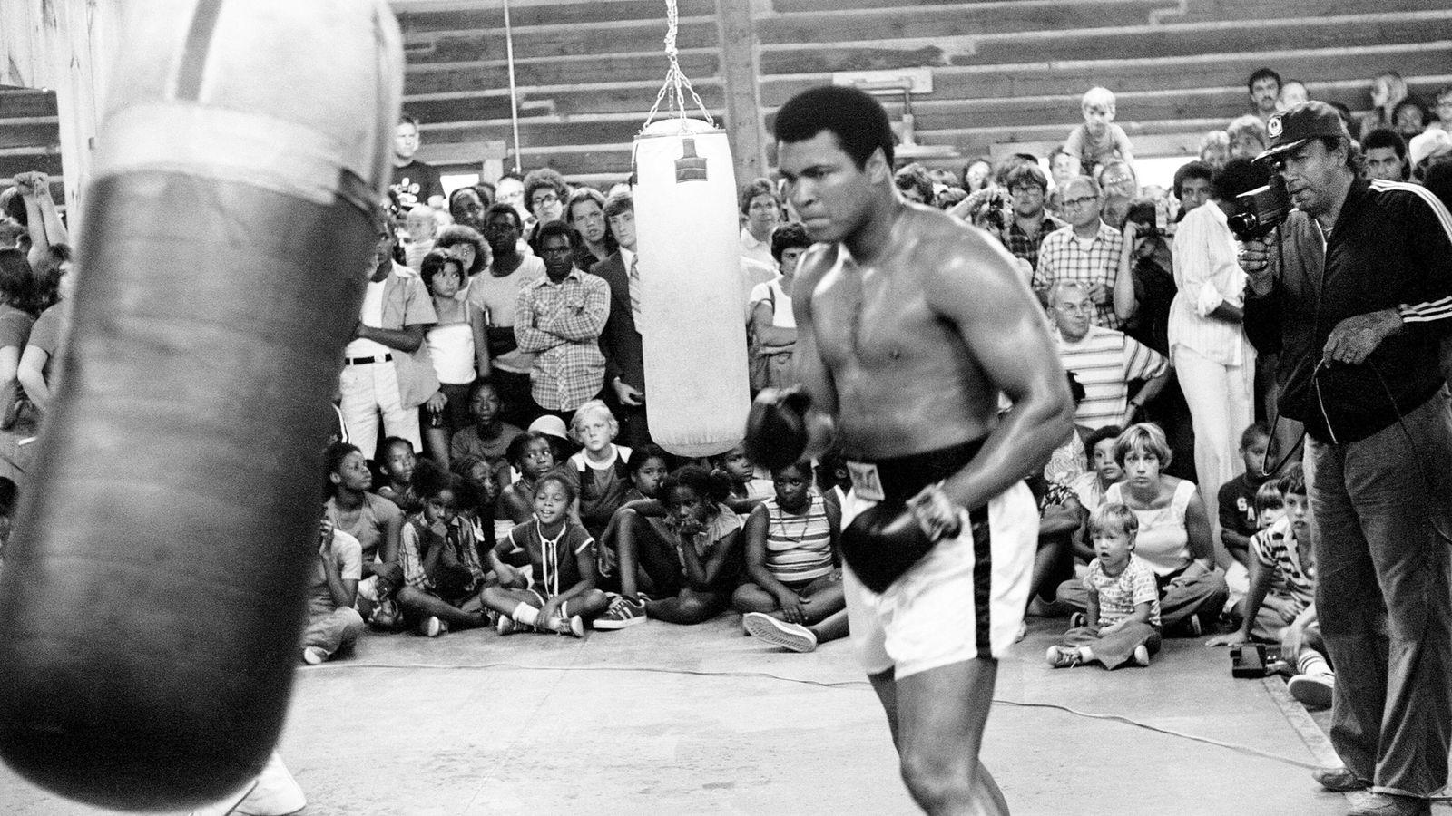 Foto: Ali entrena ante la atención del público (Action Images).