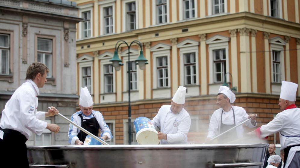 Foto: Cocineros bosnios preparan el caldo de pollo más grande del mundo en 2015 (Reuters)