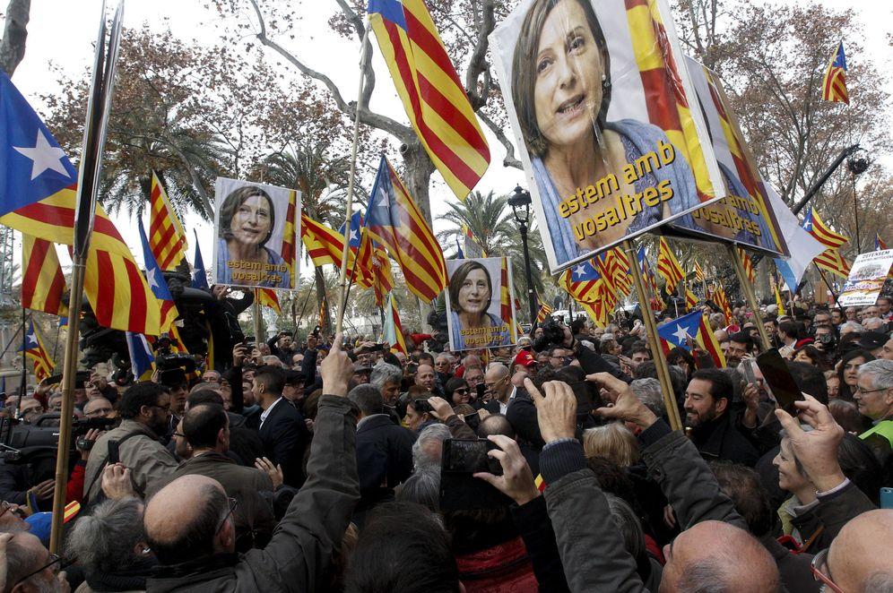 Foto: Simpatizantes independentistas arropan a la presidenta del Parlament, Carme Forcadell, investigada por el Tribunal Superior de Justicia de Cataluña, el pasado 16 de diciembre en Barcelona. (EFE)