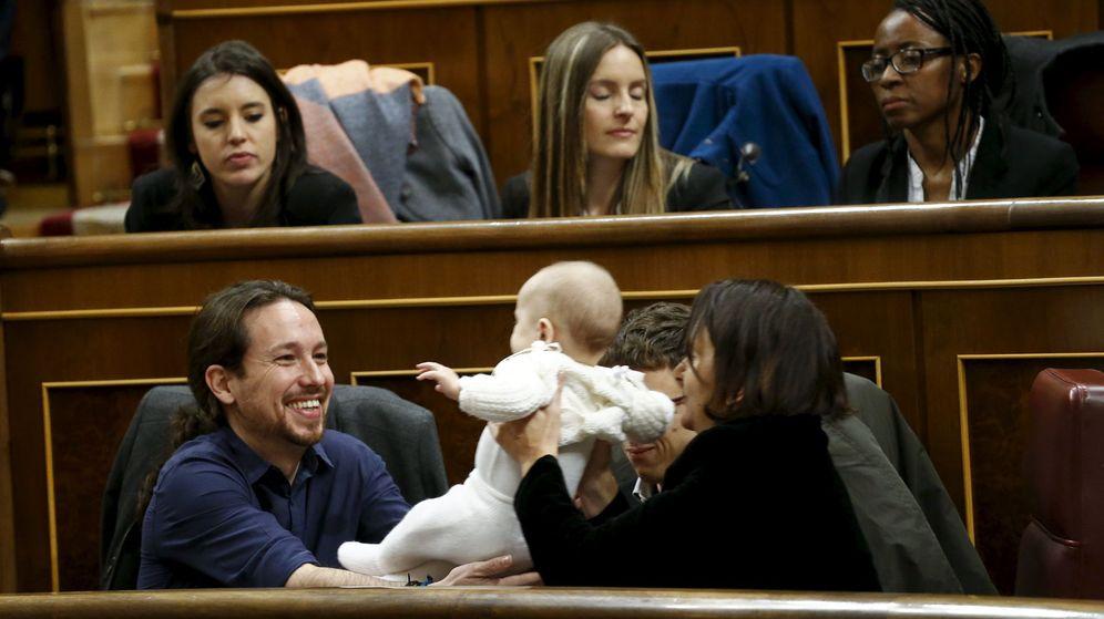 Foto: Carolina Bescansa ofrece su bebé a Pablo Iglesias durante la constitución del Parlamento. (Reuters/Juan Medina)