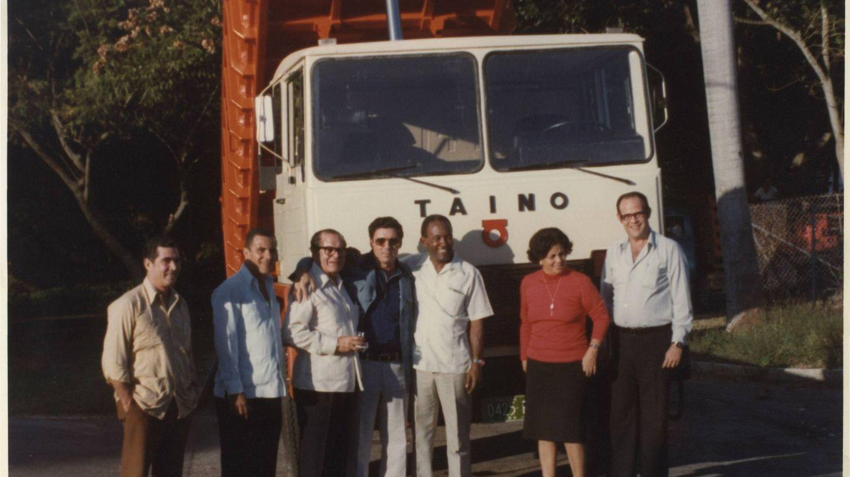 Eduardo Barreiros y colaboradores delante de un camión Taino. (Fundación Eduardo Barreiros)