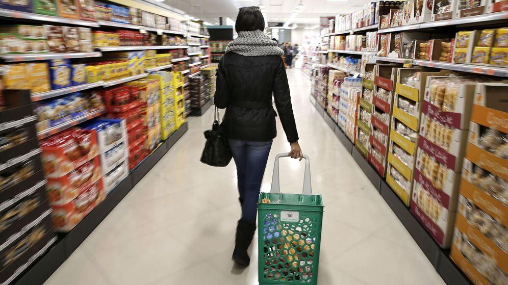 Foto: Una mujer hace la compra en un Supermercado de Valencia. (EFE)