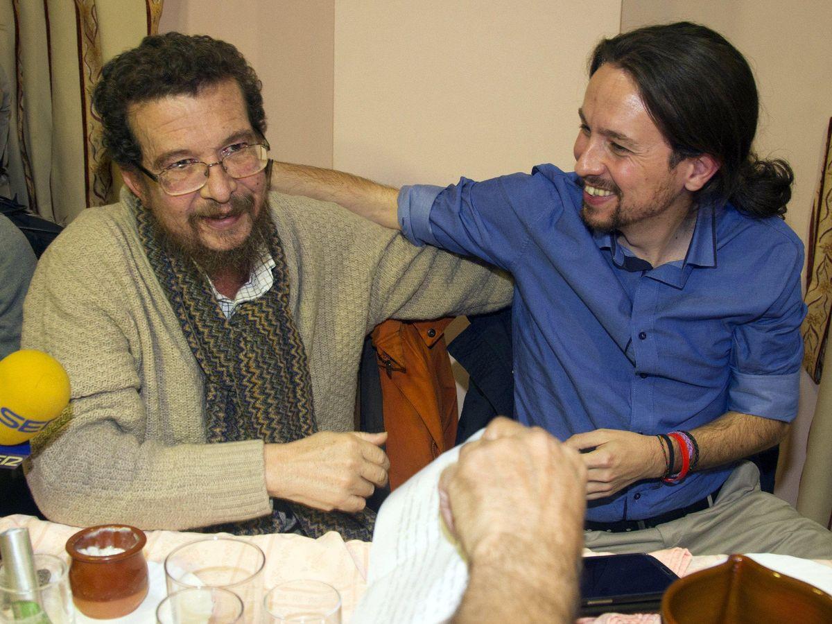 Foto: El secretario general de Podemos, Pablo Iglesias, acompañado por su padre Javier Iglesias, en una foto de archivo (EFE)