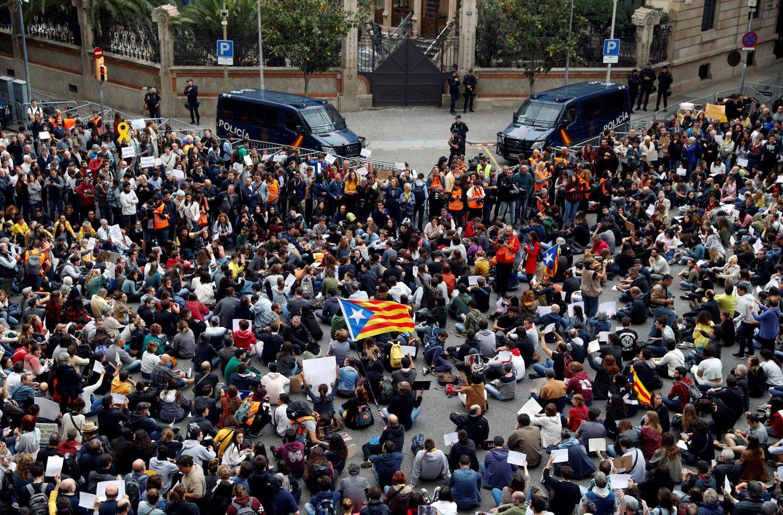Cientos de personas se concentran ante la Delegación del Gobierno, este lunes. Allí Sánchez no fue. (EFE)
