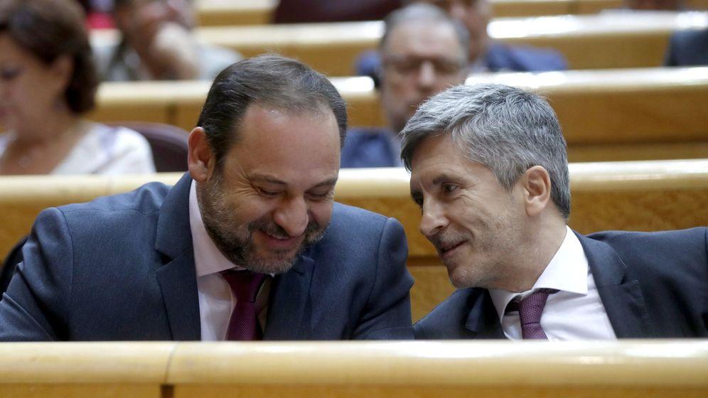 Foto:  El ministro de Fomento y secretario de Organización del PSOE, José Luis Ábalos (i) conversa con el ministro del Interior, Fernando Grande-Marlaska. (EFE)