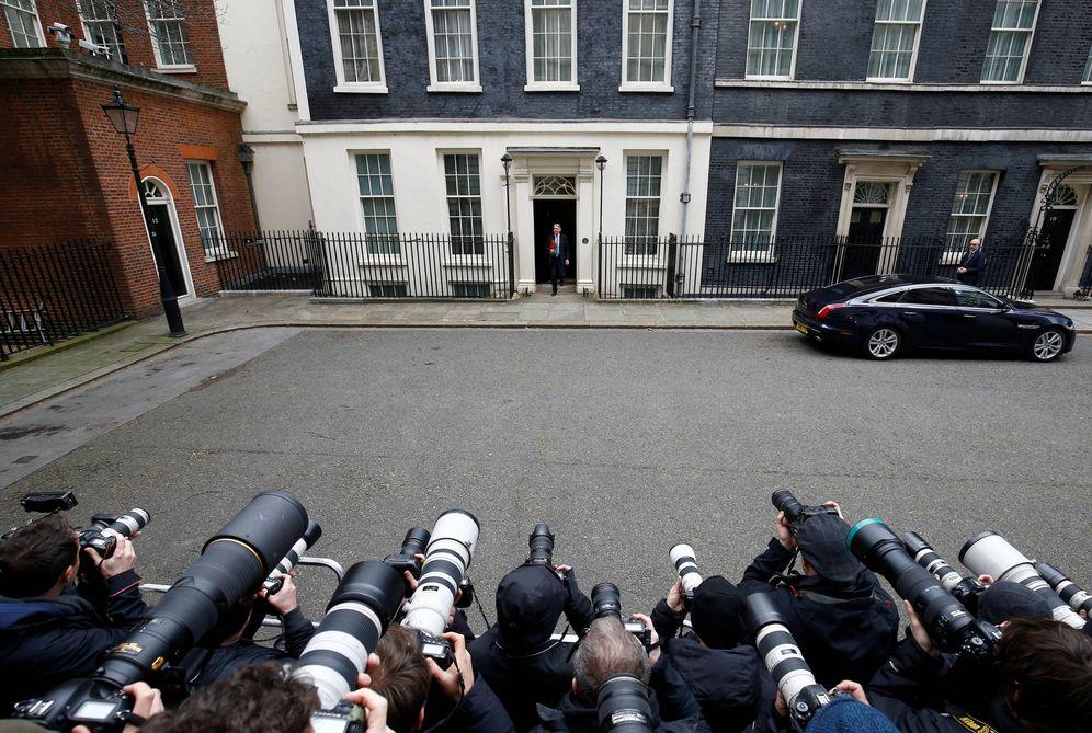 Foto: El 'chancellor' Hammond sale de Downing Street, en Londres. (Reuters)