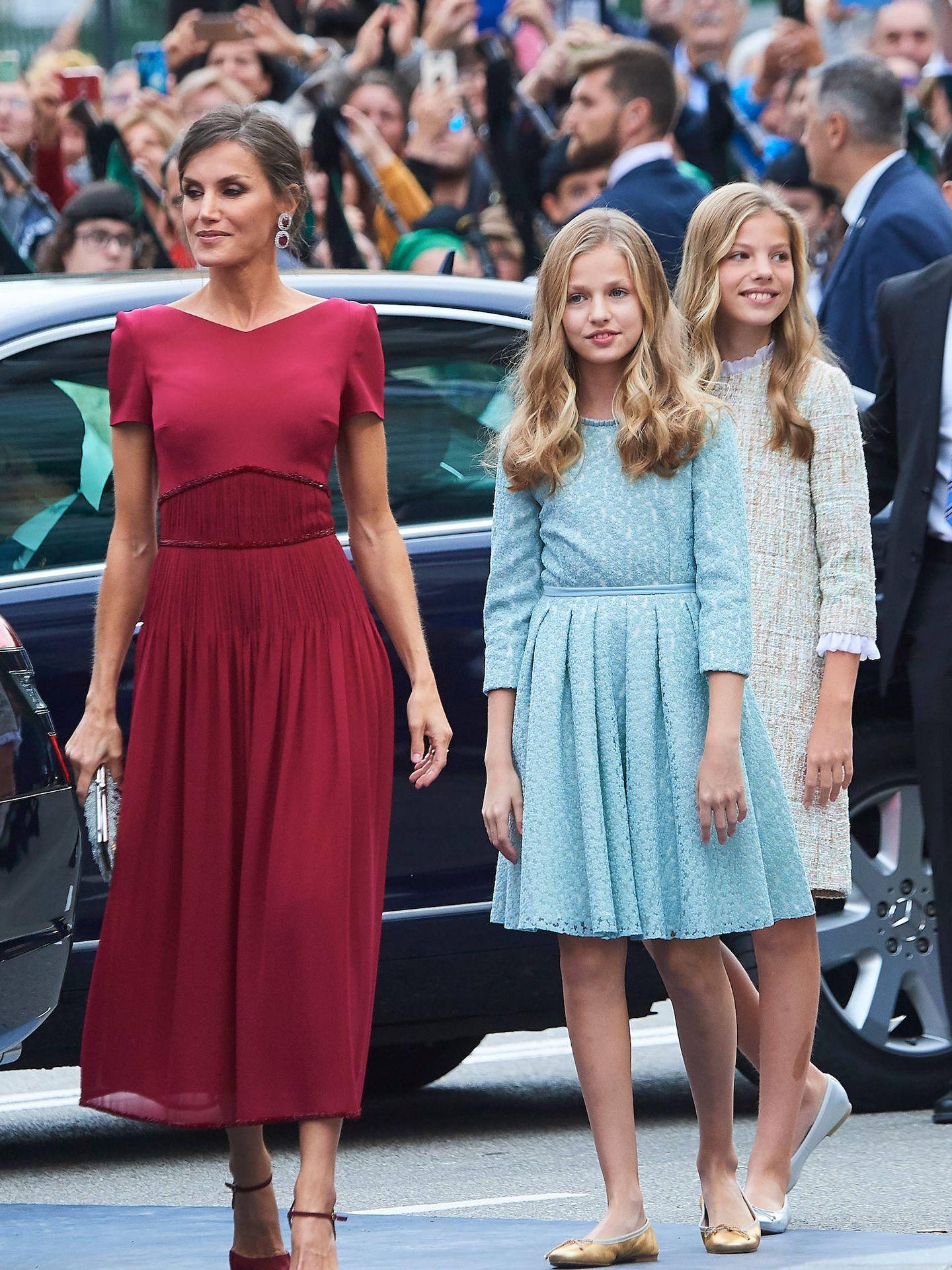 La reina Letizia, junto a Leonor y Sofía en su llegada a los premios de 2019. (Limited Pictures)