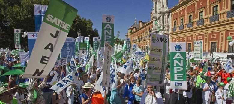 Foto: Miles de personas protestan en Sevilla contra los recortes de la Junta (EFE)