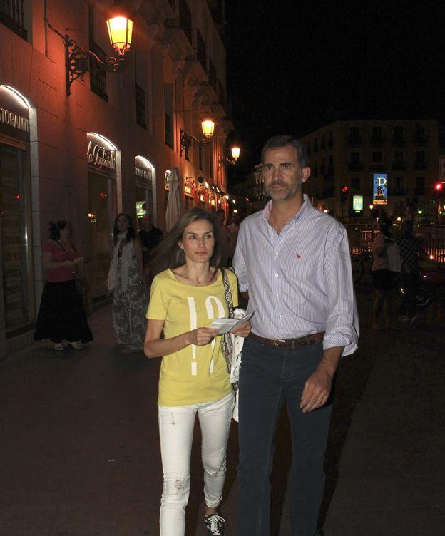 Foto: Los reyes Felipe y Letizia, saliendo del cine. (EFE)