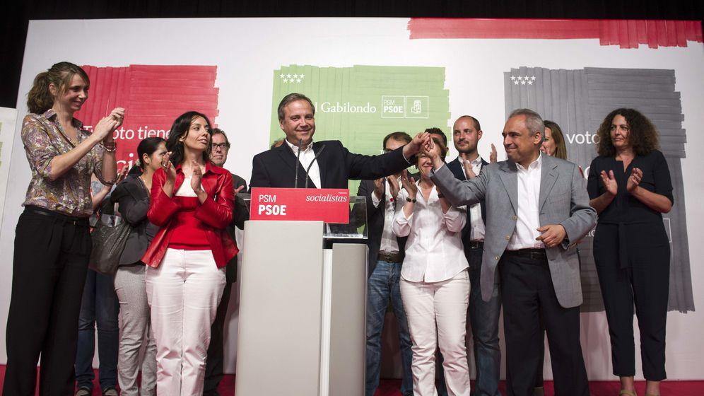 Foto: Comparecencia de Antonio Miguel Carmona la noche electoral. (EFE)