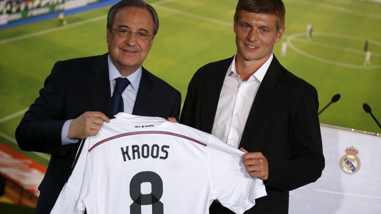 Foto: Florentino Perez y Toni Kroos en la presentación del alemán en julio de 2014 (Andrea Comas/Reuters)