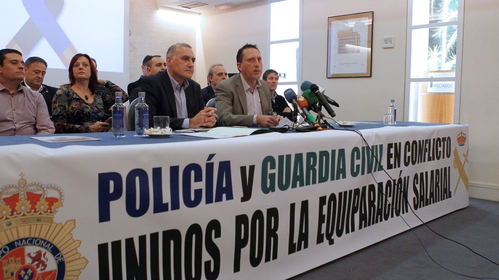 Foto: Rueda de prensa de sindicatos policiales y guardias civiles para revindicar la equiparación salarial en noviembre de 2017. (EFE)