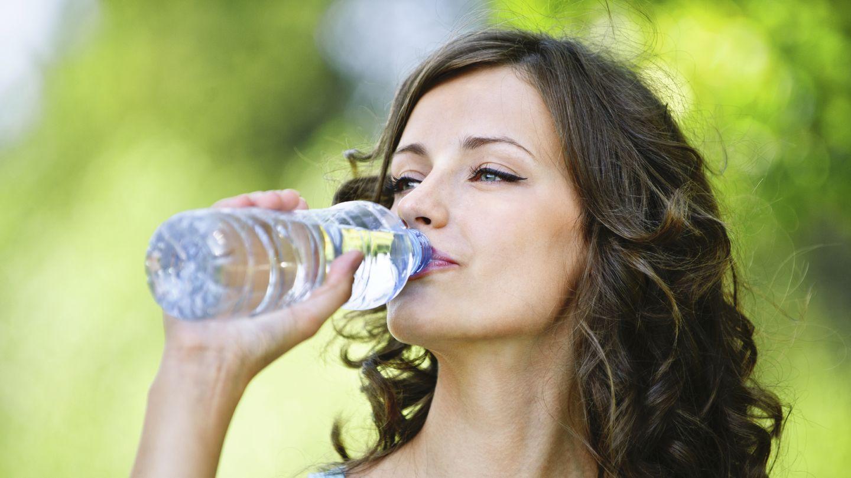 ¿Beber agua durante la comida te impide adelgazar? (iStock)
