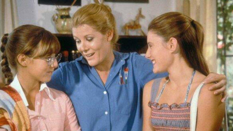 Pilar Torres (dcha.) junto a María Garralón (Julia) y su hermana Cristina (Desi). (TVE)
