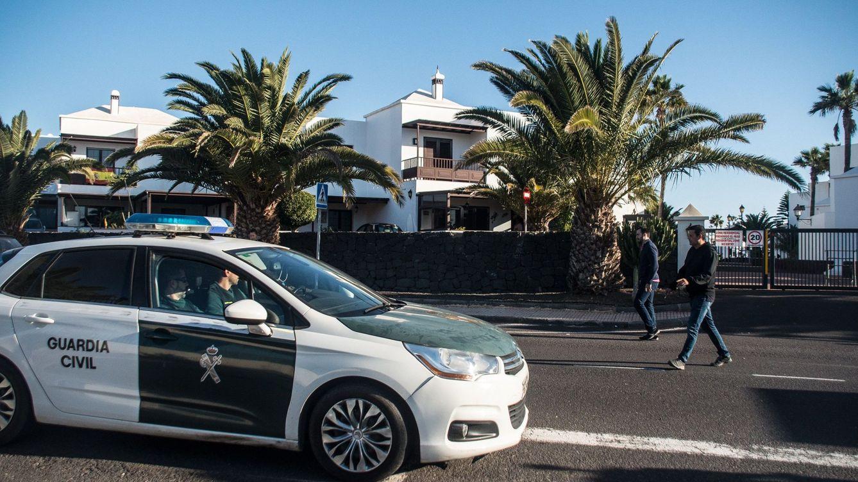 Foto: Efectivos de la Guardia Civil se personan en el domicilio de Romina Celeste. (EFE)