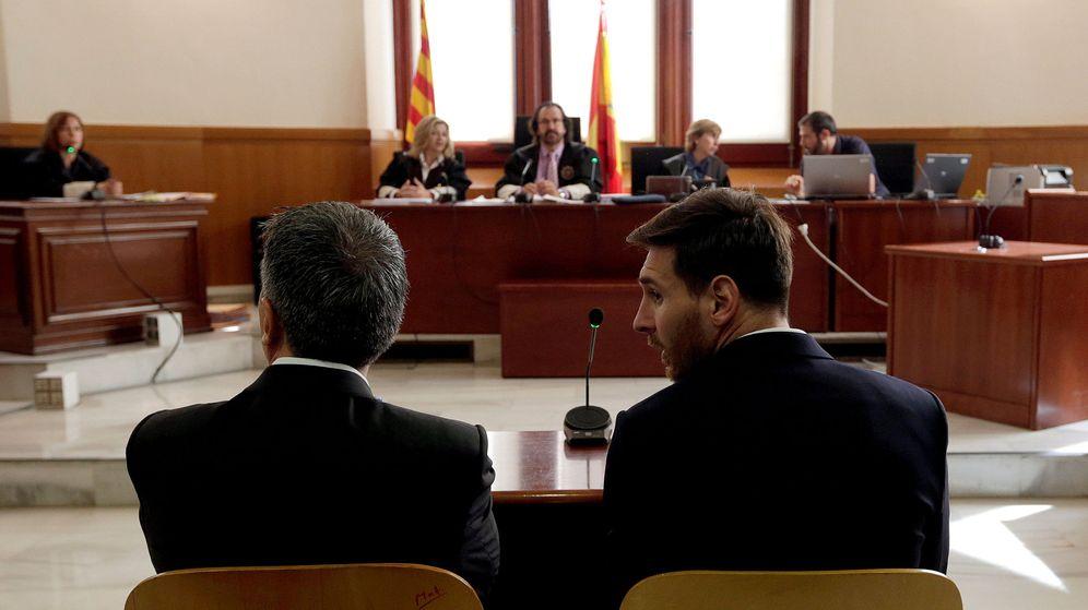 Foto: El argentino Leo Messi y su padre, durante el juicio por fraude fiscal. (Reuters)