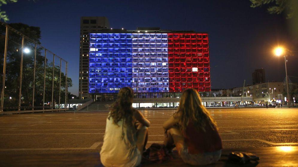 Foto: Homenaje a las víctimas del atentado en Niza sobre la fachada de un edificio de Tel Aviv. (EFE)