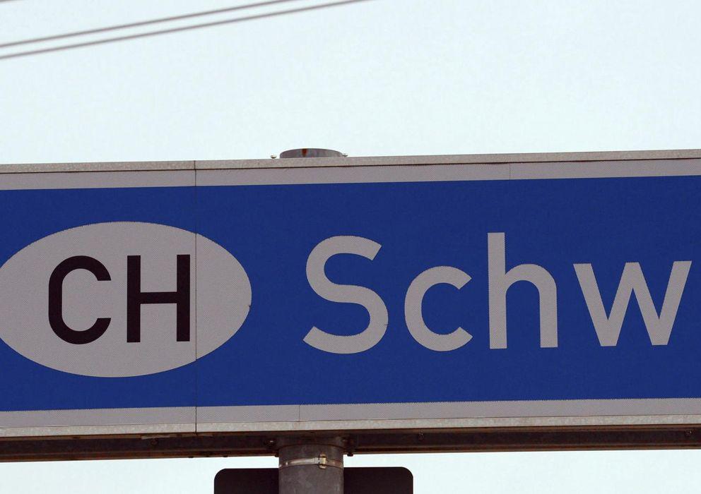 """Foto: Una señal de prohibido el paso es fotografiada junto a un cartel en el que aparece """"Suiza"""" en Rheinfelden (Alemania)"""