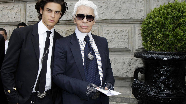 Karl Lagerfeld y Baptiste Giabiconi, en una imagen en la que el modelo parece un malévolo personaje de 'Gossip Girl' camino del instituto y Karl, un millonario del Upper East Side. (Getty)