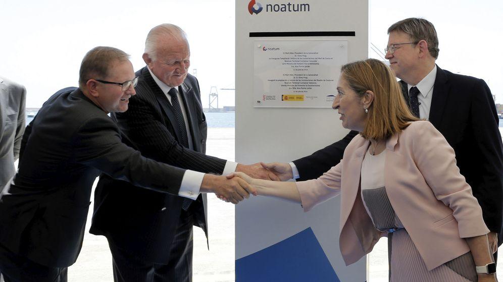 Foto: El presidente de Noatum, Chris Gray, y el CEO, Douglas Schultz, con la exministra Ana Pastor y Ximo Puig, en Valencia. (Efe)