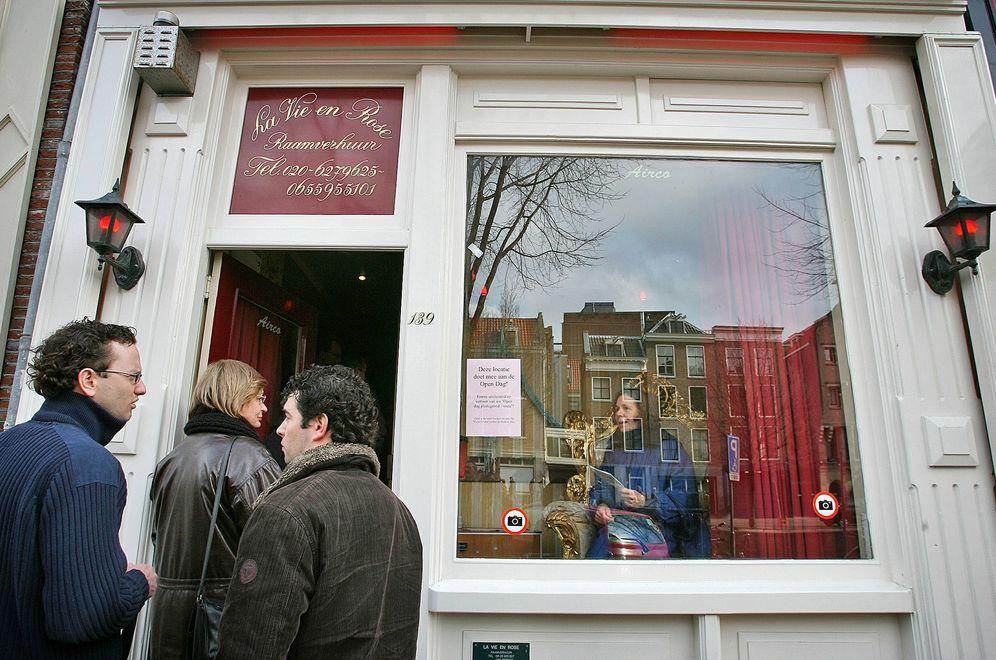Foto: Varias personas ante la habitación de una prostituta, en el Barrio Rojo de Ámsterdam. (Reuters)