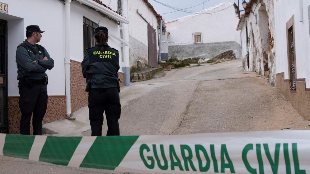 Foto: Efectivos de la UCO custodian la casa número 1 de la calle Córdoba de El Campillo (Huelva), donde vive Bernardo Montoya. (EFE)