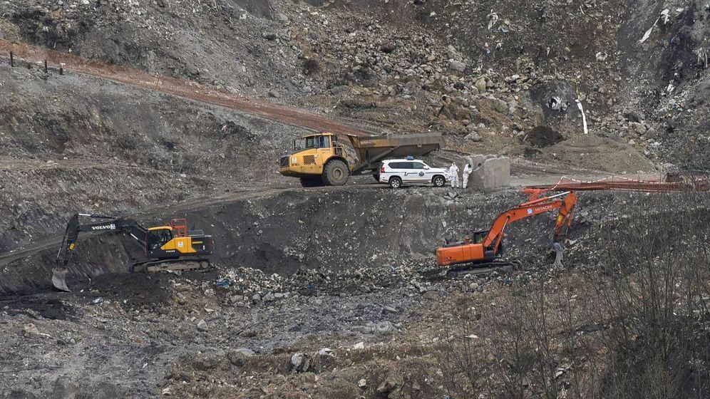 Foto: Equipos de búsqueda trabajan en el vertedero de Zaldibar (Vizcaya). (EFE)