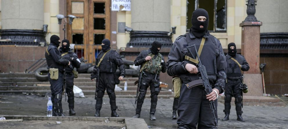 Foto: Fuerzas Especiales de Ucrania protegen un edificio administrativo en Kharkiv, al este de Ucrania, donde se ha lanzado una operación antiterrorista (Reuters).