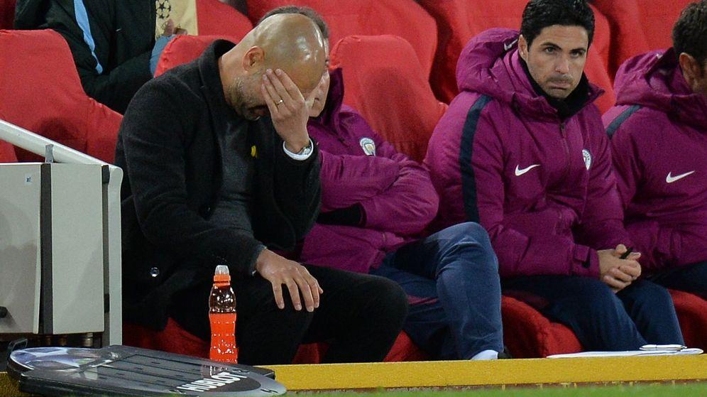 Foto: Guardiola, incapaz en el banquillo 'citizen', tras ser aplastado por el Liverpool. (EFE)