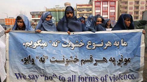 Hombres afganos marchan con burka en defensa de la mujer