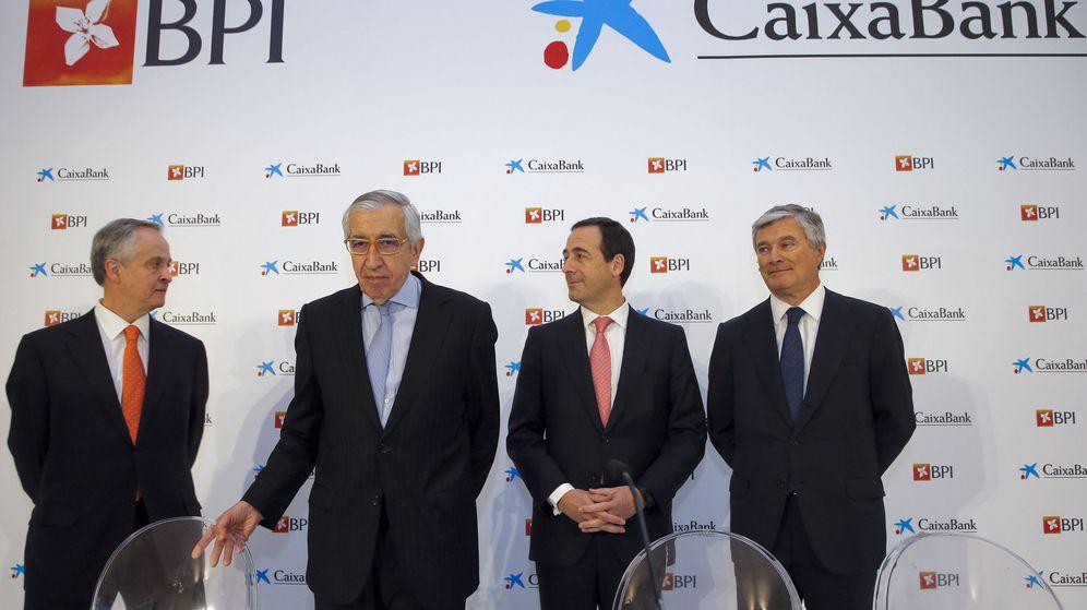 Foto: El consejero delegado de CaixaBank, Gonzalo Gortázar (2d), junto al director general para el proyecto BPI, Pablo Forero (d). (EFE)