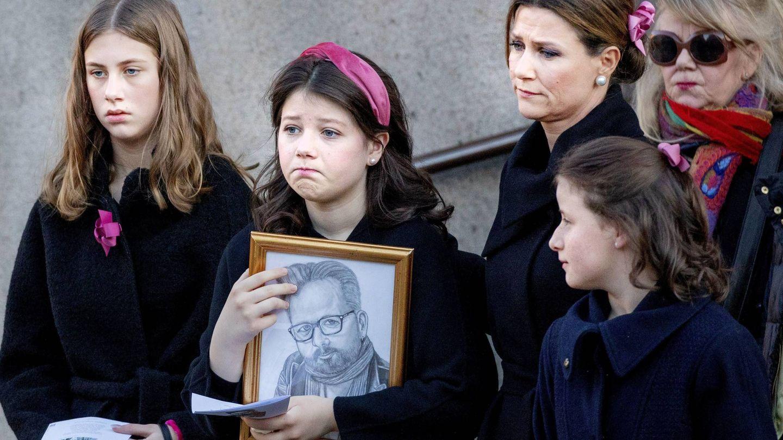 Marta Luisa, con sus tres hijas. (Cordon Press)