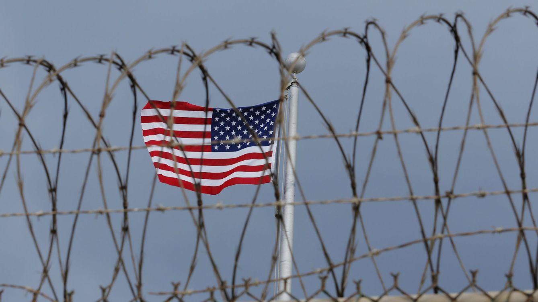 Foto: La bandera estadounidense vista desde el exterior de la base de Guantánamo, en marzo de 2016 (Reuters)