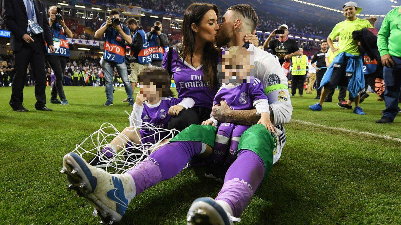 Pilar Rubio y Sergio Ramos, con dos de sus tres hijos. (Getty)