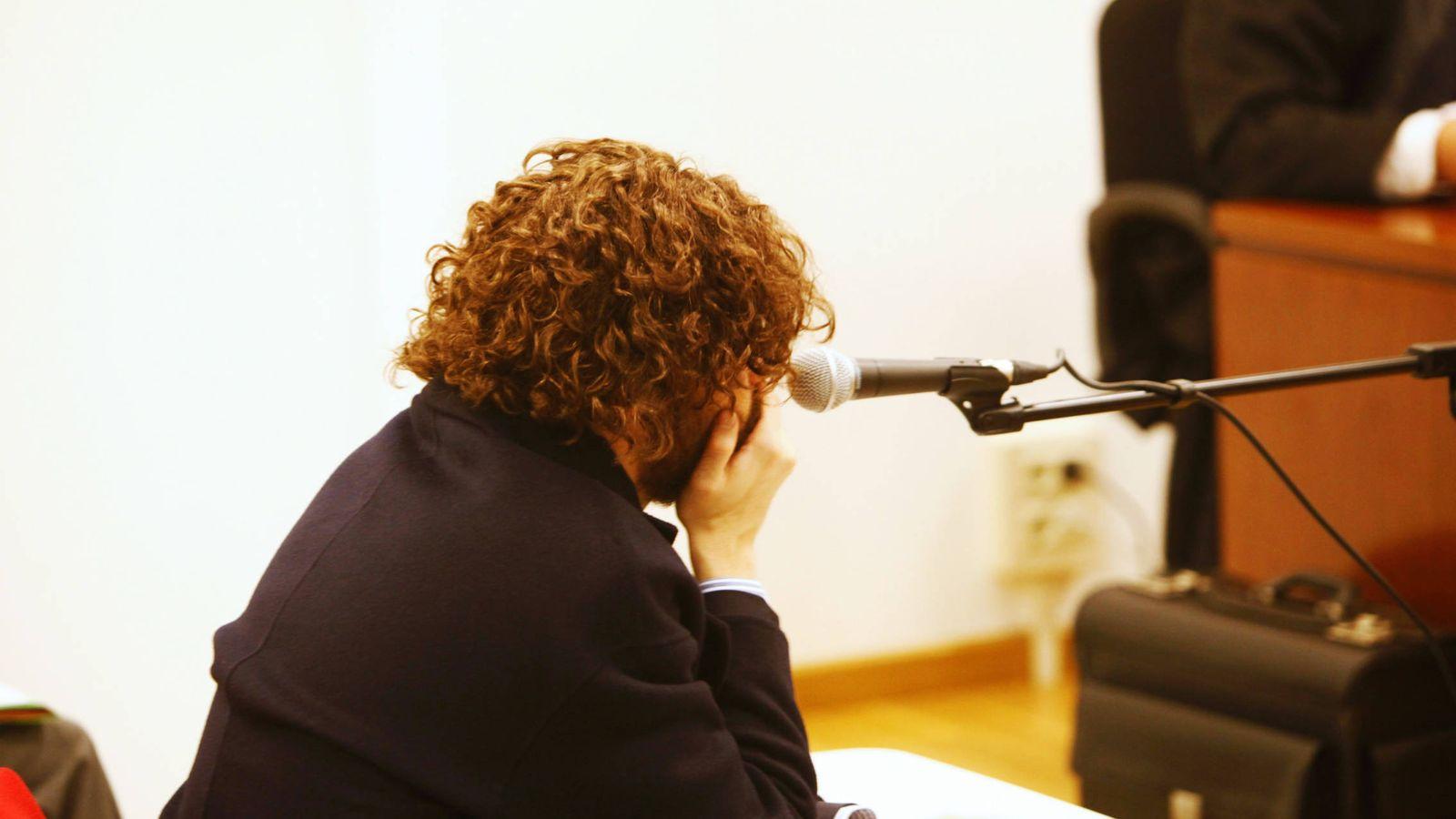 Foto: Igor Seoane, creador de Rojadirecta, ayer en el Juzgado de lo Mercantil número 1 de A Coruña, antes de ser detenido. (Foto: EFE)