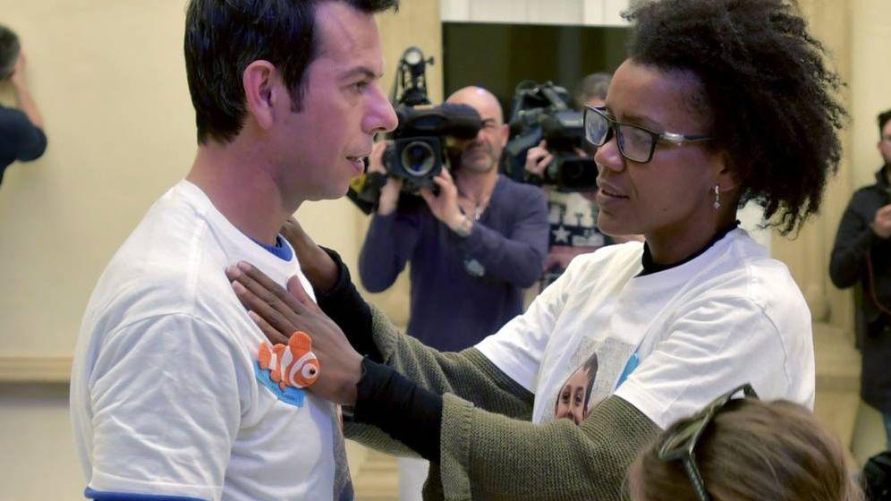 Foto: Ana Julia Quezada, junto al padre de Gabriel en una concentración por el niño. (EFE)