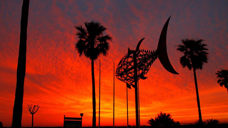 Puesta de sol en Conil con escultura de Pedro Luis Barberá Briones. (Foto: José Lojo)