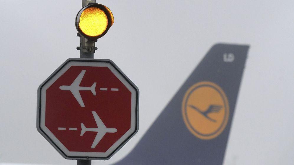 Foto: Un avión de la compañía aérea Lufthansa es fotografiado tras una señal de 'stop'. (EFE)