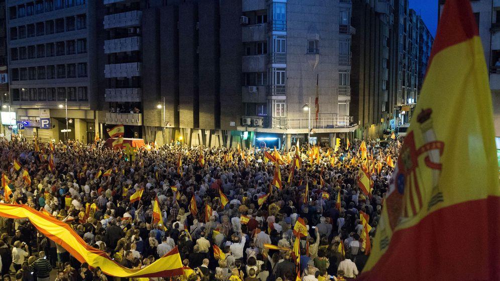 Foto: Cientos de personas muestran su apoyo a la Guardia Civil ante la comandancia de Zaragoza, así como a los policías que han venido de Pineda de Mar. (EFE)