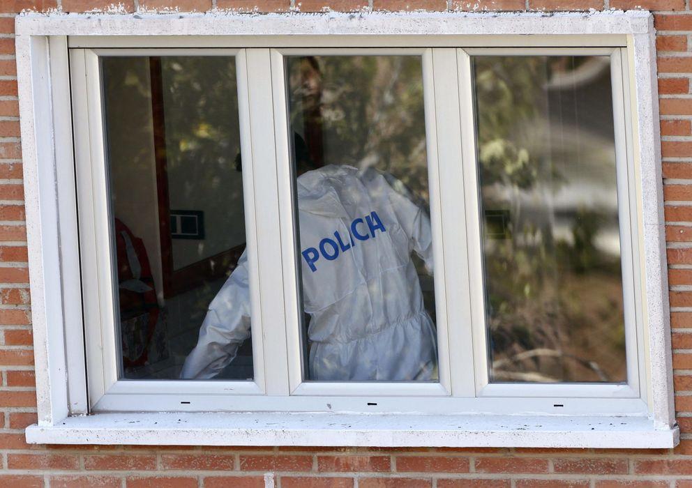 Foto: Imagen de un miembro de la Policía registrando la casa del presunto pederasta en Madrid (EFE)