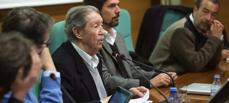 Foto: El veterano columnista y poeta malagueño Manuel Alcántara (3i) (Efe)
