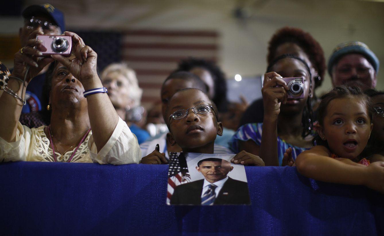 Foto: Kingston Stillwell Thomas, de 9 años, escucha al presidente Obama durante un acto de campaña en Hampton, Virginia. (Reuters)