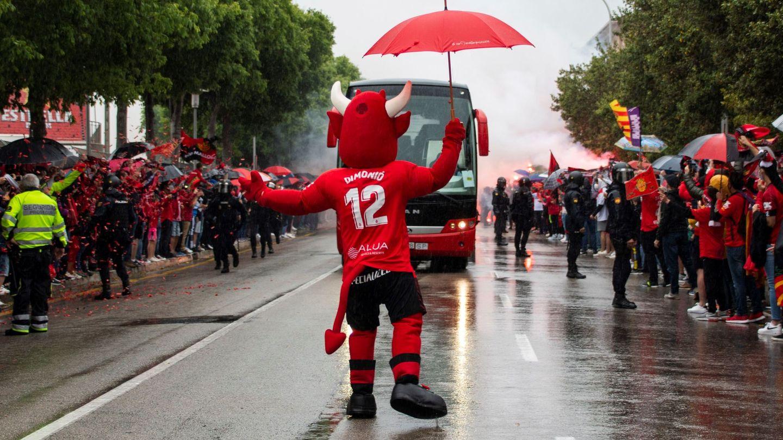 Aficionados del Mallorca reciben al autobús con los jugadores durante las celebraciones del ascenso a Primera. (EFE)