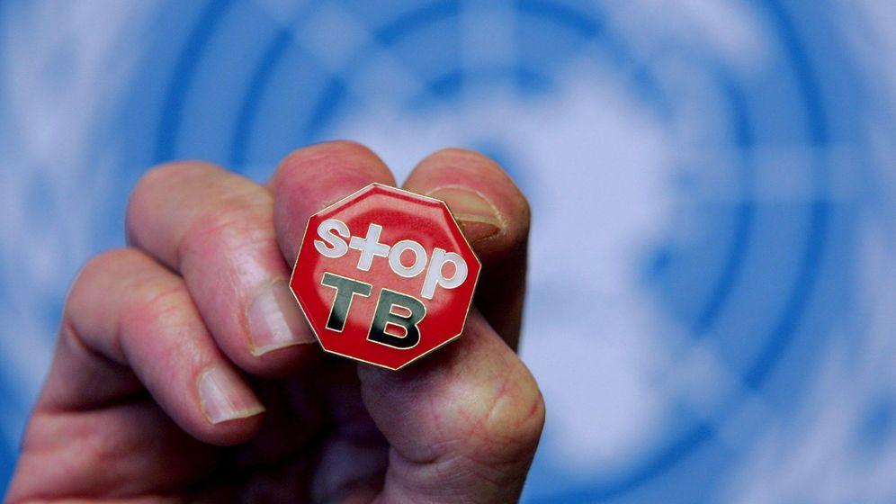 Foto: Insignia en la que se lee Stop Tuberculosis durante la presentación del informe de la OMC sobre el control de la tuberculosis en la sede de la ONU. (EFE)