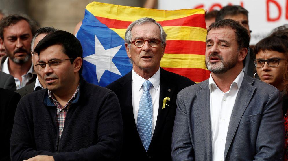 Foto: Former barcelona's mayor Trias stands in front of an estelada (catalan separatist flag). (Reuters)