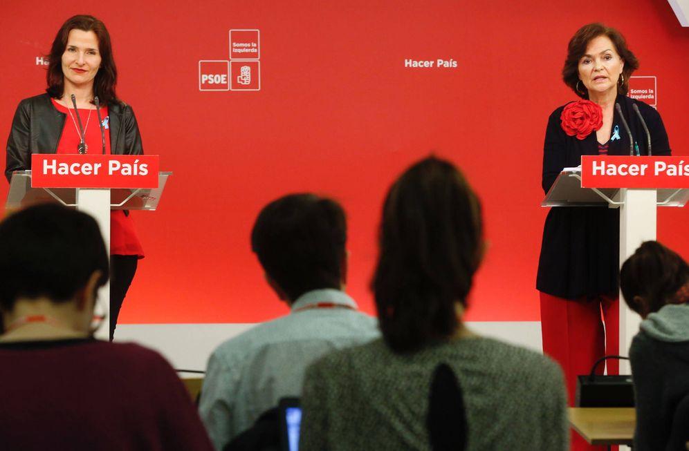 Foto: Las secretarias de Igualdad y Educación del PSOE, Carmen Calvo (d) y Luz Martínez Seijo, este 9 de marzo en Ferraz. (Inma Mesa   PSOE)