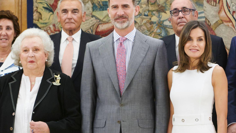 Felipe VI, entre su tía Pilar y doña Letizia. (Limited Pictures)