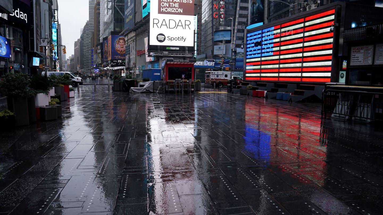 Times Square, habitualmente inundada de turistas, vacía por el coronavirus. (Reuters)