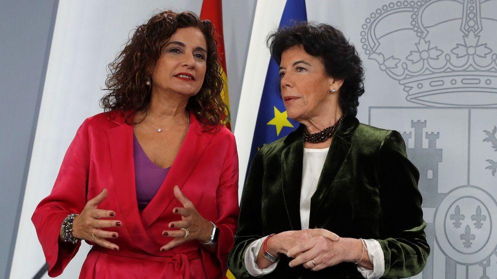 Foto: La ministra portavoz, Isabel Celaá (d), y la ministra de Hacienda, María Jesús Montero. (EFE)